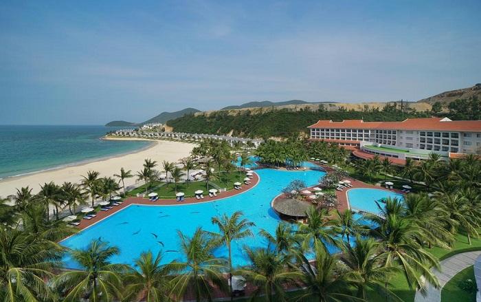 dong-phuc-cho-nhan-vien-resort-khu-nghi-duong-gom-nhung-gi