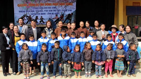 May áo gió áo khoác giá rẻ để làm từ thiện tặng học sinh 4
