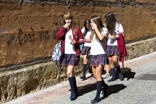 Đồng phục học sinh nữ sinh Tây Ban Nha