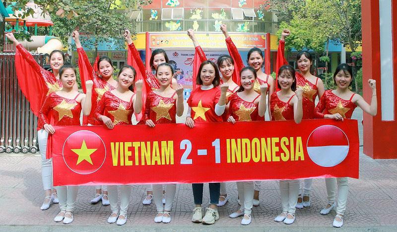 Áo thun cờ đỏ sao vàng nhuộm đỏ sân trường cổ vũ U22 Việt Nam 1