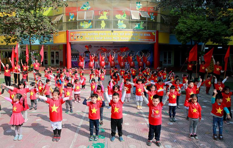 Áo thun cờ đỏ sao vàng nhuộm đỏ sân trường cổ vũ U22 Việt Nam 2