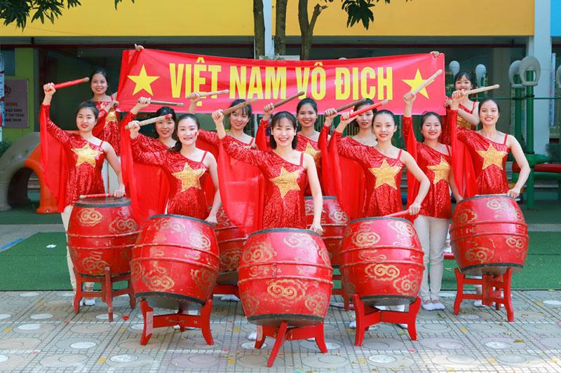 Áo thun cờ đỏ sao vàng nhuộm đỏ sân trường cổ vũ U22 Việt Nam 4