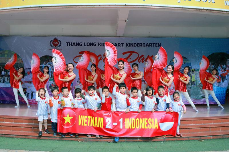 Áo thun cờ đỏ sao vàng nhuộm đỏ sân trường cổ vũ U22 Việt Nam 5