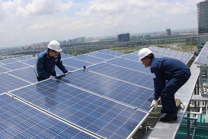 Kỹ sư EVN lắp điện mặt trời