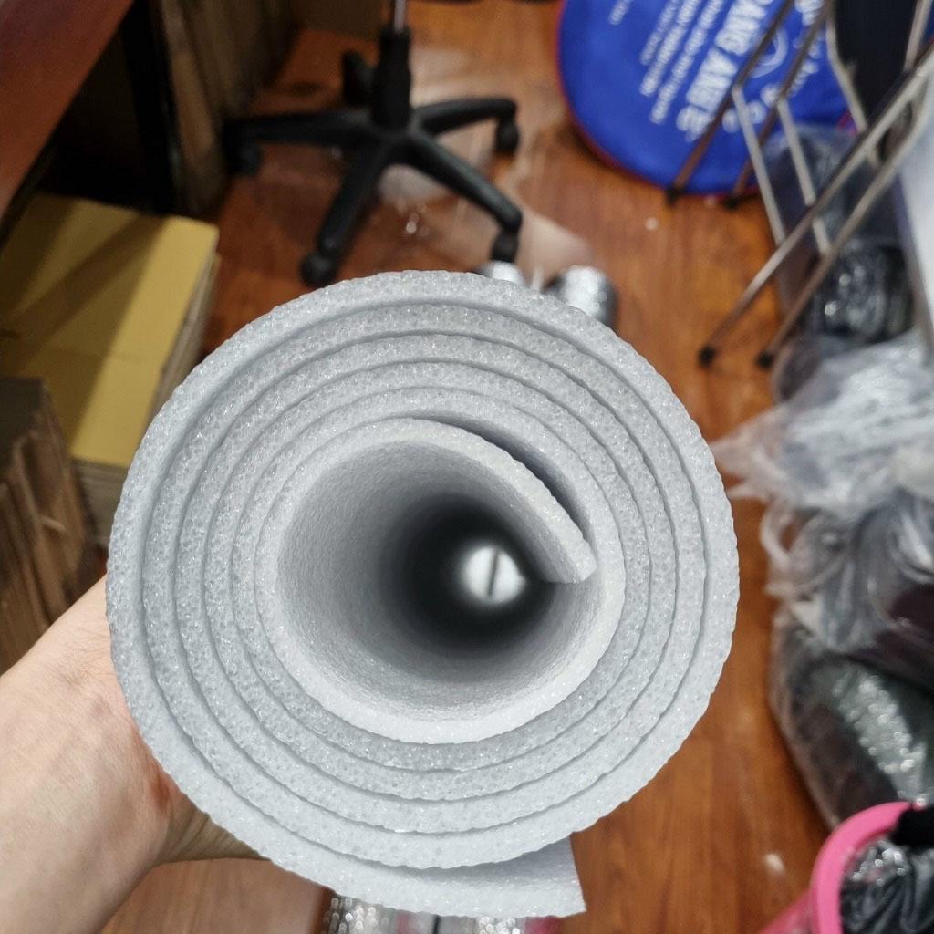 Tấm xốp dày tới 5 ly nên khi trải lên bề mặt gồ ghề vẫn thấy êm